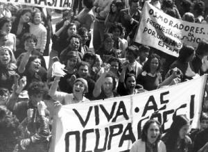 Manifestação contra a lei das ocupações, em 17 de Maio de 1975, no Porto. Fotografia de Alves Costa. Centro de Documentação 25 de Abril